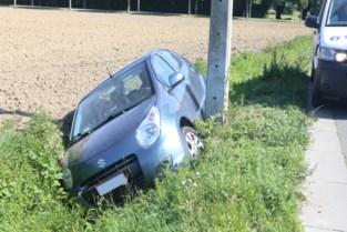 Wagen komt in gracht terecht, bestuurster gewond