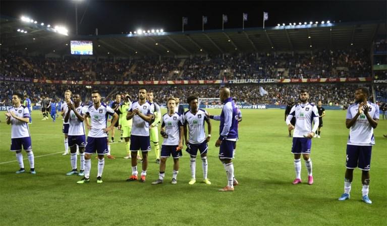 """Anderlecht-spelers gaan nederig op grond zitten voor fans: """"Binnenkort worden het hoogtepunten"""""""