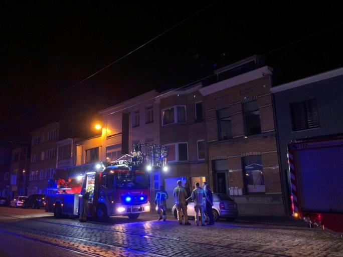 Brandweer moet drie mensen uit gebouw halen bij keukenbrand: één bewoner ernstig gewond