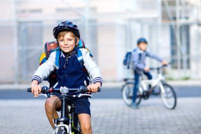 Vanaf wanneer kan je ze alleen het verkeer insturen? En verplicht je een helm? Tips om je kind wegwijs te maken