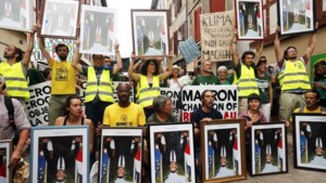 Klimaatorganisaties betogen met omgekeerde portretten van Macron aan G7-top in Biarritz