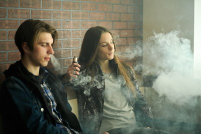"""Eerste dode gelinkt aan e-sigaret, maar is die dan niet gezonder dan een gewone?: """"Kàn gewoonweg niet gezond zijn chemische stoffen in te ademen"""""""