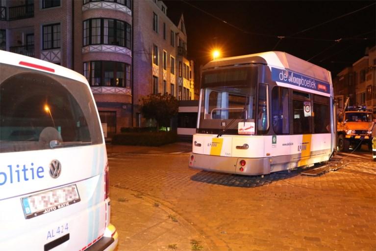 Tram gaat volledig uit de sporen en boort zich in gevel van Antwerps flatgebouw: twee zwaargewonden, zeker hele dag hinder