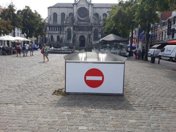 Waarom er plots verbodsborden hangen aan ingangen van metro op verkeersvrij plein