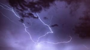 """Weerkundigen verbaasd door zwaar """"bijna onmogelijk"""" onweer op de Noordpool"""