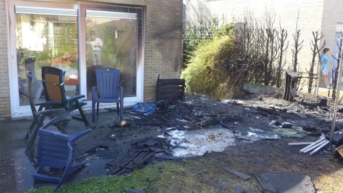 """Spelende kinderen steken haag en tuinhuis van buurvrouw in de fik: """"Bijna stond ook mijn bed in brand"""""""