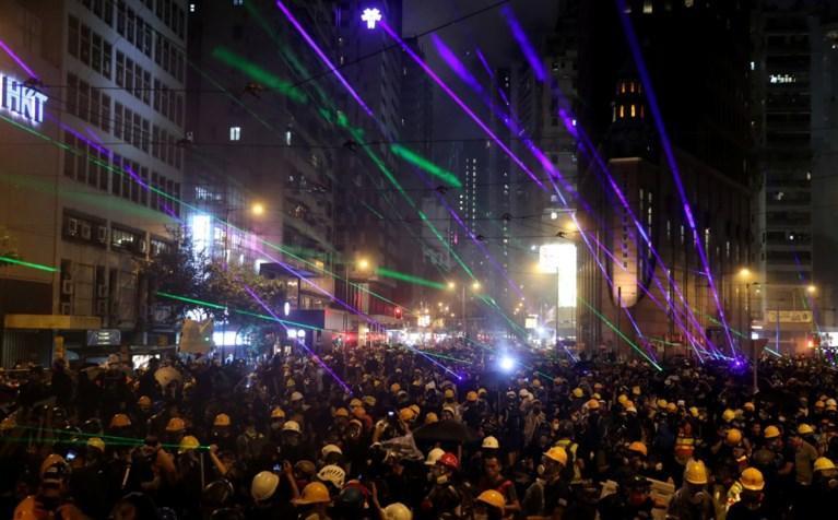 Protest in Hongkong loopt uit de hand: traangas ingezet, barricades in brand, molotovcocktails gegooid