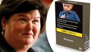 """Tabakssector sleept Maggie De Block voor rechter, want """"geen bewijs dat neutrale pakjes goed zijn voor volksgezondheid"""""""