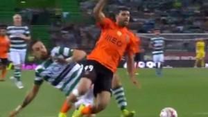 Verdediger veroorzaakt drie (!) penalty's in één match… telkens door een overtreding op dezelfde speler