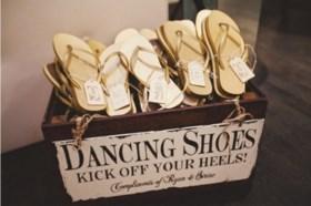Nieuwe trend: bruidspaar deelt teenslippers uit aan dansvloer