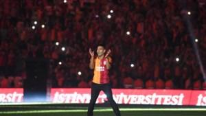 Falcao als messias onthaald bij Galatasaray: vol stadion en vuurwerk tonen torenhoge verwachtingen