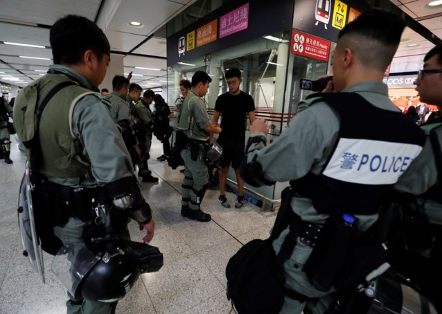 Hongkong zet zich schrap nu manifestanten terugkeren naar luchthaven: politie massaal aanwezig