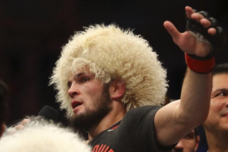 MMA-vechter Khabib Nurmagomedov blijft ongeslagen met nieuwe nekklem en is 5,8 miljoen euro rijker
