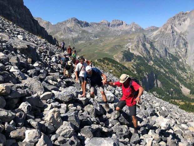 """Mensen met jongdementie bedwingen samen Italiaanse bergcols: """"Normaal gaat mijn vader altijd achteruit. Nu bloeide hij open"""""""