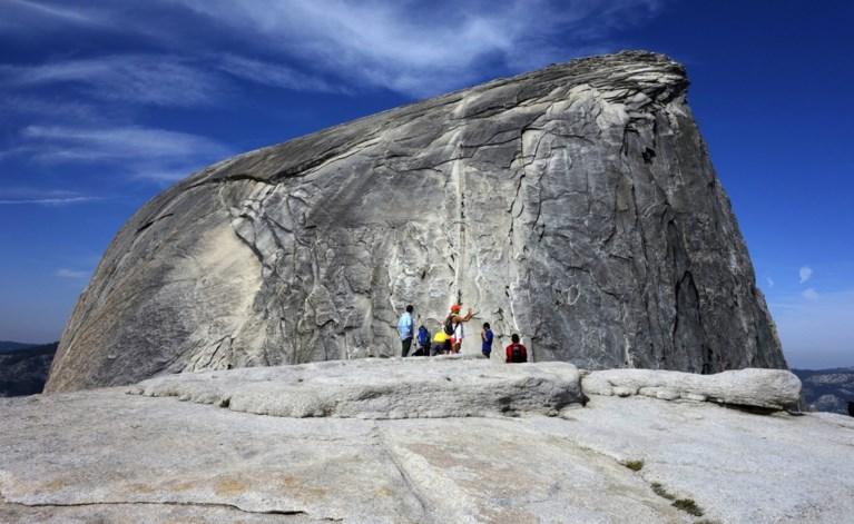 """Jonge vrouw sterft bij val van iconische rotsformatie: """"Ze deed waar ze zoveel van hield"""""""