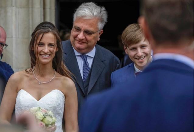 En dan verschijnt Laurent plots lachend op je huwelijksfoto's: prins dolt met bruidspaar tijdens feest van de Bevrijding