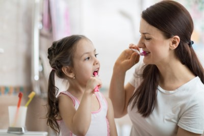 Vroeg beginnen, napoetsen en niet te veel fluor: met deze tips krijgen je kinderen ook later een perfect gebit