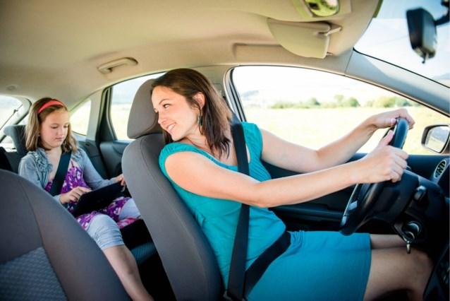 """Touring waarschuwt bestuurders: """"Lach niet naar kinderen in de auto en zing niet achter het stuur"""""""
