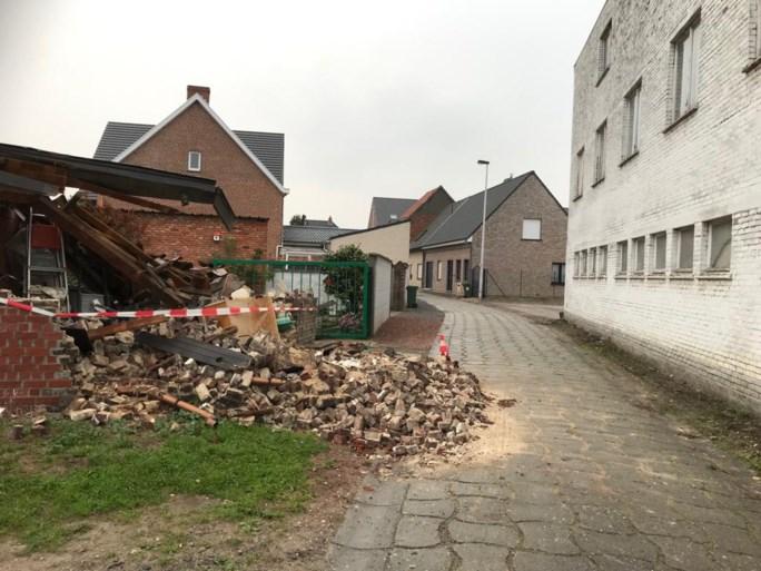 """Achterbouw van woning stort volledig in na manoeuvre van vrachtwagen, chauffeur """"had niets gemerkt en ging gewoon slapen"""""""
