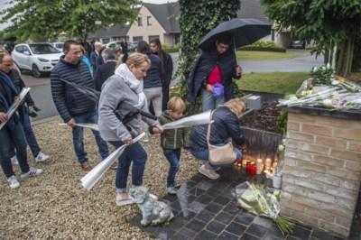 """Familie, vrienden en buren wonen massaal stille wake voor vermoorde Ellen (37) bij: """"We proberen te begrijpen wat niemand kan begrijpen"""""""