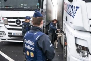 Politie arresteert 43 transmigranten tijdens controle op snelwegparkings