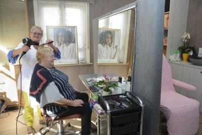 Nicole (56) mag niet langer de haren knippen van patiënten in ziekenhuis en begint dan maar zaak in eigen woning