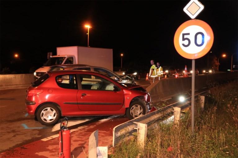 Frontale botsing aan op- en afrit E17: wagens rijp voor schroothoop, beide bestuurders gewond