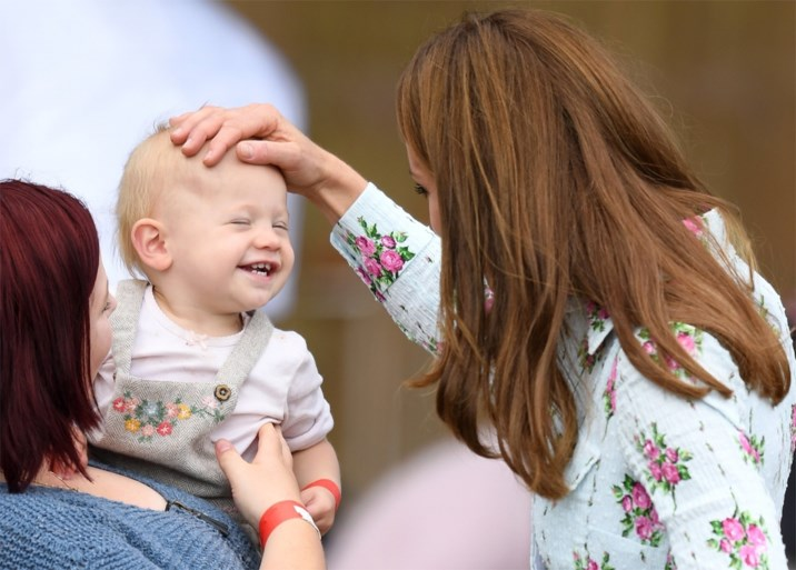 ROYALS. Kate Middleton toont zich van haar liefste kant. En prins Harry is een snoeper