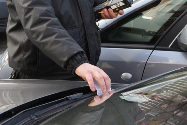 """Parkeerwachter zit week thuis na kopstoot van bestuurder Porsche: """"Stuitend gebrek aan respect"""""""