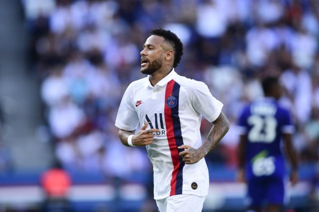 Neymar scoort in blessuretijd met omhaal winnende goal nadat hij hele match op de korrel genomen werd