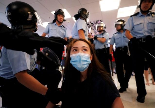 Voor- en tegenstanders van Peking krijgen het met elkaar aan de stok in Hongkong