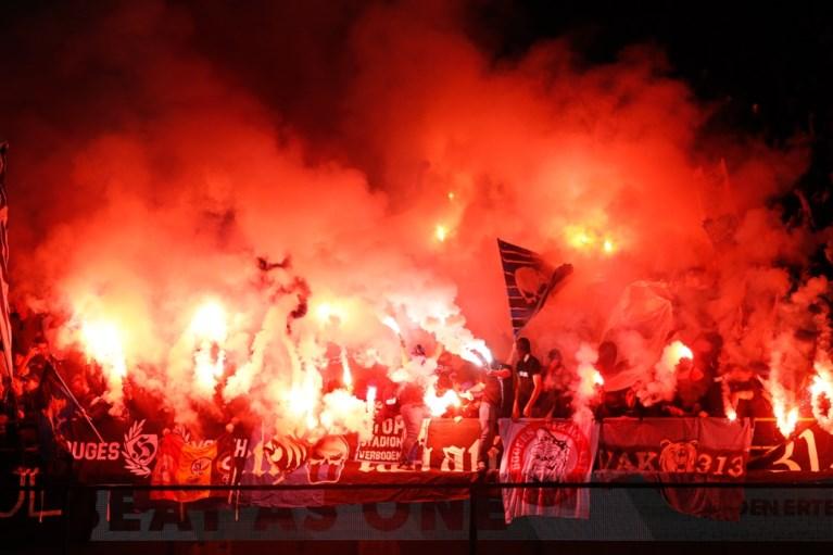 Supporters gaan over de schreef in Brugse derby: vlag van Club Brugge in brand gestoken en vuurwerk op het veld