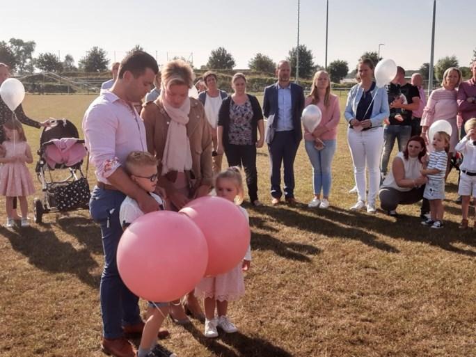 Familie en vriendjes nemen afscheid van 3-jarig jongetje dat overleed na verdrinking in vijver