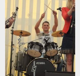 """Het drumstel van Andy wordt gestolen de avond voor hij moet optreden: """"En dan hebben ze de duurste stukken niet eens meegenomen"""""""