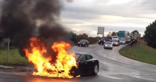 Elektrische wagen in brand? Dompel hem helemaal onder in water