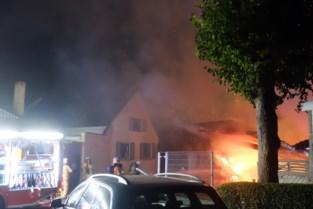 Carport brandt volledig uit: bewoner zwaargewond