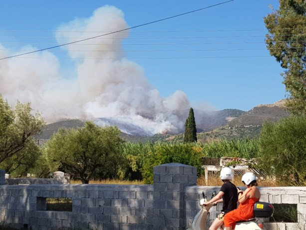 Honderden toeristen geëvacueerd na bosbranden op populair Grieks vakantie-eiland