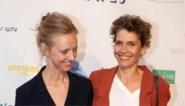 IN BEELD. Joke Devynck toont voor het eerst haar vriendin, ook andere BV's laten zich zien bij uitreiking Ensors