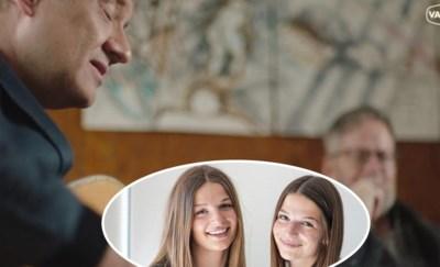 """Terminale Luc schrijft met Bart Peeters stiekem liedje voor zijn dochters: """"Typisch papa, dat hij dit achter onze rug bekokstoofde"""""""
