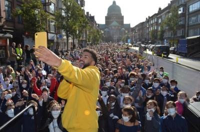 """VIDEO. Indrukwekkende stoet van twaalfhonderd kinderen palmt drukke laan in: """"We ruiken hier de vuile lucht"""""""