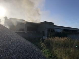 Vat met olie vat vuur in betonfabriek