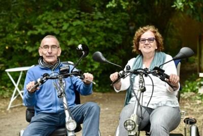 Nederlandser kan niet: Marja (65) fietst Vlaanderen door om Vlamingen te vinden met dezelfde zeldzame ziekte als zij