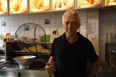 """Overvallers eisen geld, maar van frituuruitbater Ivo (63) krijgen ze een gloeiend hete frietspaan. """"Mijn enige reflex was om die mannen buiten te krijgen"""""""