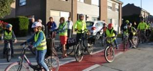 Kinderen met de fiets naar school om onveilige fietspaden aan te klagen