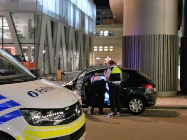 Rustige routinecontrole neemt plotse wending: politie vindt pistool in wagen, inzittende op de vlucht