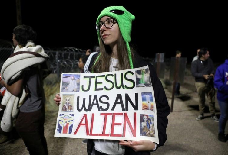 """Hoe de bestorming van Area 51 een storm in een glas water werd: één dappere die onder een slagboom dook, een man in een ruimtepak en een bord """"Bevrijd E.T."""""""