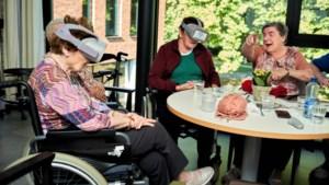 Bewoners 'De Visserij' testen VR-bril in strijd tegen dementie