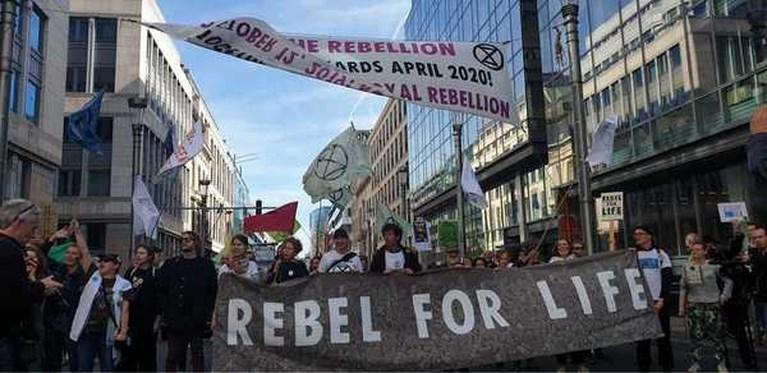 """15.000 betogers trekken door Brussel voor derde wereldwijde staking voor het klimaat: """"Laatste keer dat we vriendelijk op straat komen"""""""