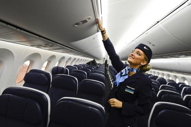 """Doof meisje (16) vliegt alleen en krijgt briefje van stewardess: """"Dit is fantastisch"""""""