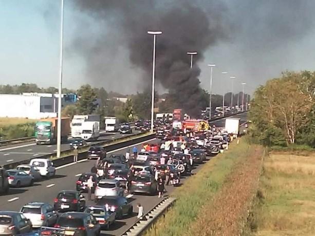"""Brandweer doet oproep nadat auto's uitbranden op E40: """"Maak sneller plaats voor ons"""", maar hoe doe je dat?"""